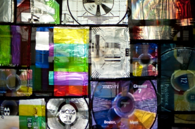 Daniel Canogar, Frequency, 2012, 33 analog television screens, projector, multimedia hard drive, 4:30 min. animation loop. Courtesy the artist and bitforms gallery, New York.